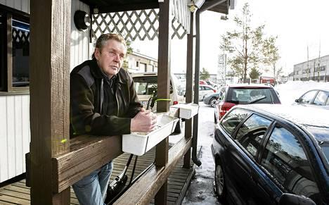 """Sama paikka, sama mielipide. Timo Tuomi kuvattiin samassa paikassa kuin meemiksi muuttuneessa lehtijutussa kuusi vuotta sitten. """"Toivon, että se vielä räjähtää"""", hän sanoo yhä netistä."""