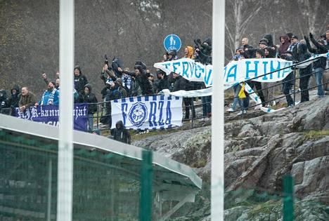 HJK:n fanit seurasivat kauden avausottelua Honkaa vastaan Töölön Bolt-areenan viereisiltä Kalliolta.