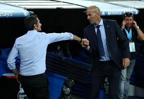 Ernesto Valverde (vas.) joutui tunnustamaan Zidenine Zidanen paremmakseen.