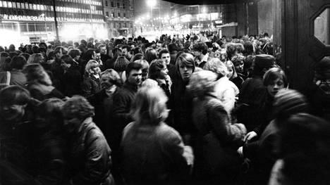 Nuoriso sai vuonna 1982 notkua Helsingin rautatieasemalla puoleen yöhön asti, sitten poliisi tyhjensi porukan ulos Kaivokadulle.