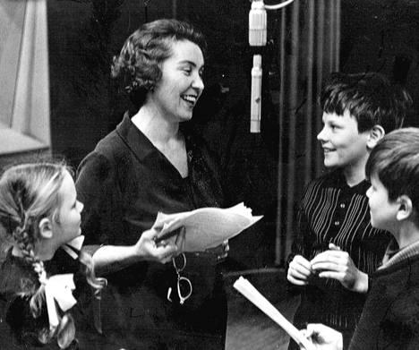 Käsikirjoittaja Toini Vuoristo lapsinäyttelijöidensä keskellä Yleisradion Fabianinkadun äänitysstudiossa. Kuva 1960-luvun puolivälistä.