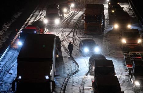 Itäisessä Saksassa sijaitsevassa Dresdenissä lumi aiheutti liikennekaaosta moottoritiellä maanantain vastaisena yönä.