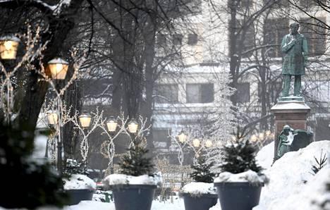 Helsingin kävelykeskustan ytimessä on Esplanadinpuisto. Sen läpiajoliikenteen vähentämistä on kaavailtu jo useita vuosia.