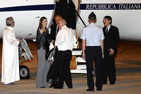 Kansainvälisen rikostuomioistuimen ICC:n australialainen työntekijä  Melinda Taylor (2. vas.) saapui Libyasta Roomaan järjestön puheenjohtaja Sang-Hyun Songin (oik.) saattamana.