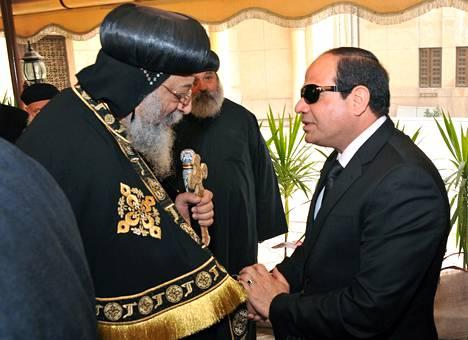 Egyptin presidentti Abdel Fattal al-Sisi (oik.) kävi esittämässä surunvalittelunsa koptikirkon paaville Tawadros II:lle Pyhän Markuksen kirkossa Kairossa maanantaina. Kuvan luovutti presidentin kanslia.