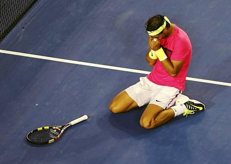 Rafael Nadal huokaisi helpotuksesta selviydyttyään kärsimysnäytelmästä voittajana.