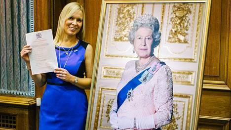 Lontoossa pitkään asunut Jenni Barry sai Britannian kansalaisuuden marraskuun lopussa. Kingstonin kaupungintalolla pidettyyn kansalaisuusseremoniaan hän pukeutui siniseen mekkoon ja tähtikoruihin, jotka symboloivat EU-lippua.