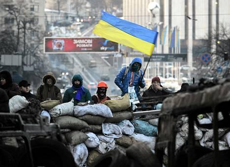 Opposition mielenosoittajia katuesteellä Kiovan keskustassa.