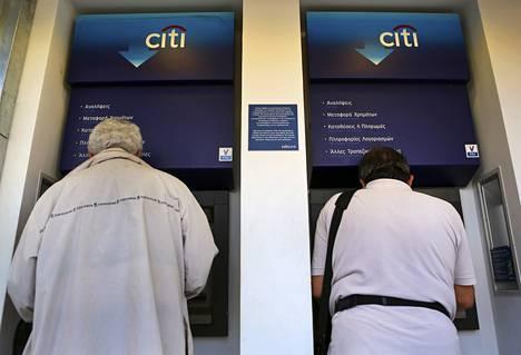 Kreikkalaiset nostivat rahaa automaateilta Ateenassa keskiviikkona.