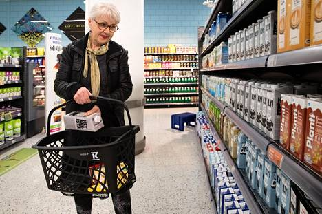 Tuuli Holopainen kävi viime keskiviikkona ostamassa muun muassa kauramaitoa kauppakeskus Redissä sijaitsevassa marketissa Helsingissä.