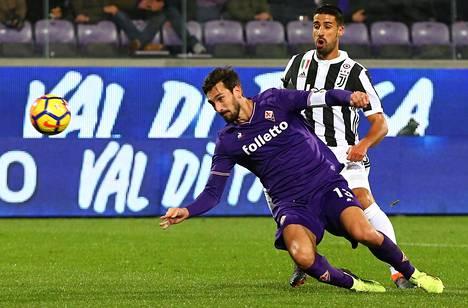 Davide Astori (edessä) puski pallon pois Sami Khediran ulottuvilta Fiorentinan helmikuun ottelussa Juventusta vastaan.