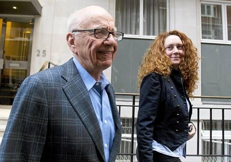 Rupert Murdoch poistumassa asunnostaan Rebekah Brooksin kanssa Lontoossa heinäkuussa 2011.
