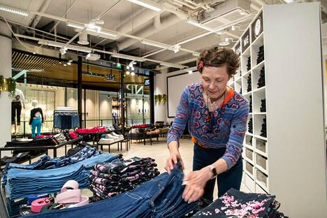 NP housukaupan myyjä Riitta-Leena Salminen kohensi housupinoja. Yhtään asiakasta ei näy.