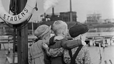 Kolme pikkupoikaa Sörnäisten rannassa vuonna 1950.