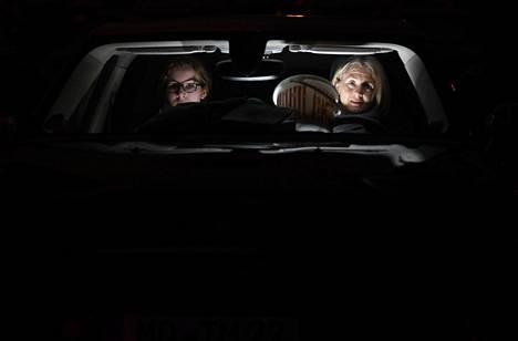 Kaksi naista katselee elokuvaa Essenissä Saksassa 29. maaliskuuta.