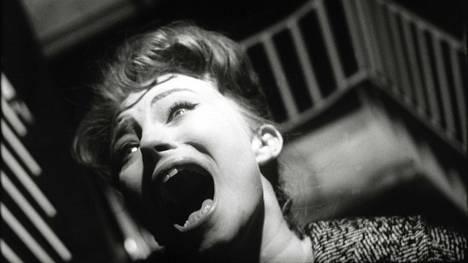 Hui. Eleanor Ward (Karin Baal) kohtaa jotain kauheaa Lontoon kuolleet silmät -elokuvassa.