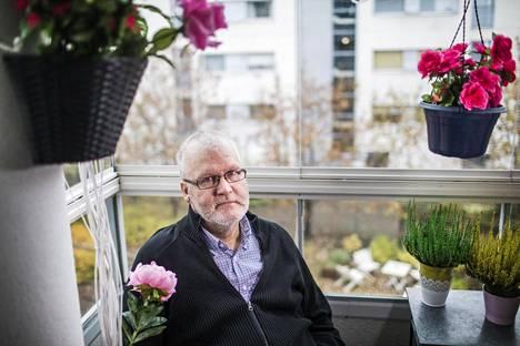 Raimo Peltonen on sairastanut suolistosyöpää runsaan vuoden. Hän kehottaa menemään tutkimuksiin nopeasti, jos epäilee jotakin.