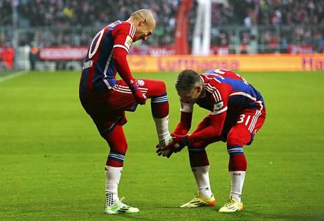 Arjen Robben ja Bastian Schweinsteiger juhlivat Robbenin maalia HSV:tä vastaan.