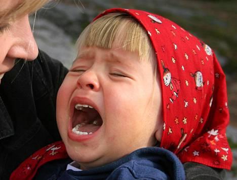 Vanhemman tehtävä on kertoa lapselle, mikä tätä harmittaa. Sitä kutsutaan tunteiden sanoittamiseksi.