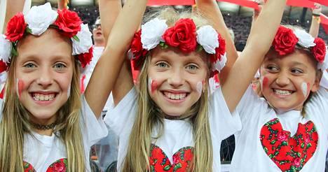 Nuoret puolalaiset lentopallofanit iloitsivat avausottelun aikana, mutta lopulta Serbia voitti ottelun.