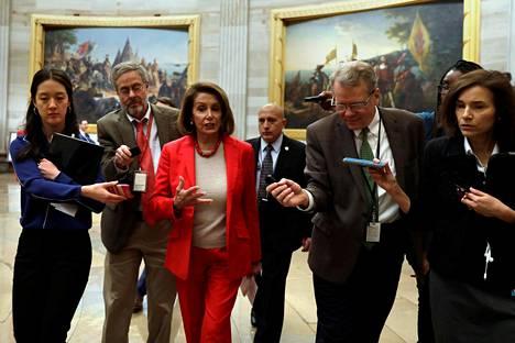 Yhdysvaltain edustajainhuoneen puheenjohtaja Nancy Pelosi puhui toimittajille kongressirakennuksessa Washingtonissa keskiviikkona.