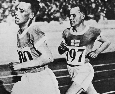 Ville Ritola (vas.) ja Paavo Nurmi kaikkien aikojen ensimmäisessä Suomi–Ruotsi-yleisurheilumaaottelussa Helsingin Eläintarhan kentällä vuonna 1925.
