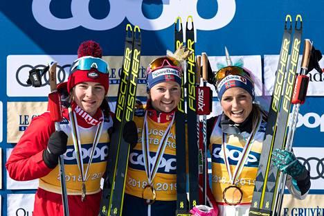 Naisten maailmancupin kokonaiskilpailun kärkikolmikko palkintopallilla Quebecissa sunnuntaina: vasemmalta Natalia Neprjajeva (2.) Ingvild Flugstad Østberg (voittaja) ja Therese Johaug (3.).
