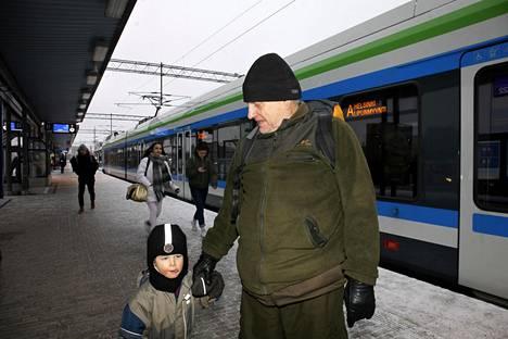 Tero Arvosen mielestä ajatus merenalaisesta tunnelista Helsingin ja Tallinnan välillä on hyvä, vaikkei hän usein Tallinnassa käykään. Pojanpoika Antti Arvonen pitää junalla matkustamisesta.