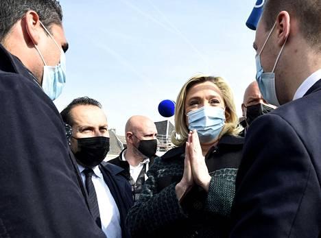 Oikeistolaisen kansallisen liittouman presidenttiehdokas Marine Le Pen puhui kannattajiensa kanssa Avesnes-sur-Helpessä Pohjois-Ranskassa 9. huhtikuuta.