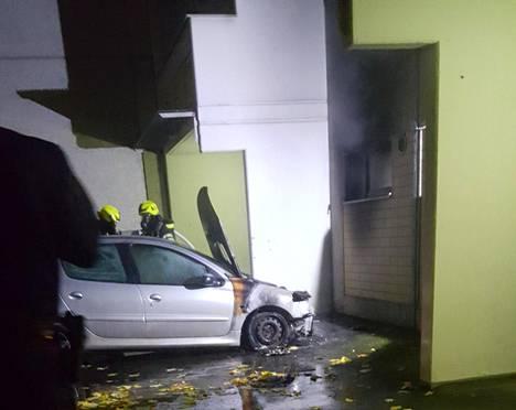 Autot kärsivät vakavia vaurioita tulipaloissa Vantaan Hakunilassa varhain lauantaina.