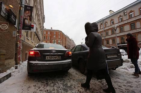Jalkakäytävälle pysäköidyt autot tukkivat tien Pietarin keskustassa torstaina.