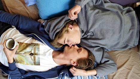 Skamin jättimenestykseksi muodostunut kolmas tuotantokausi on nyt katsottavissa Yle Areenassa. Se keskittyy Evenin (Henrik Holm) ja Isakin (Tarjei Sandvik Moe) rakkaustarinaan.