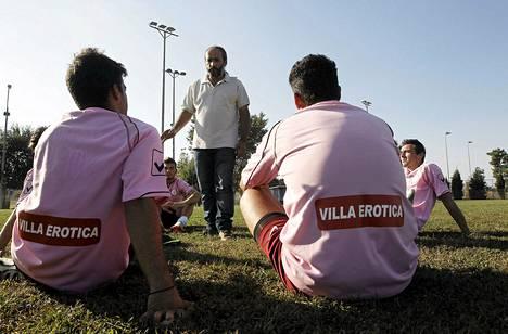 Vassilis Kyriakos vetää Voukefalasin amatöörijoukkueen pelaajille harjoituksia Larissan kaupungissa.