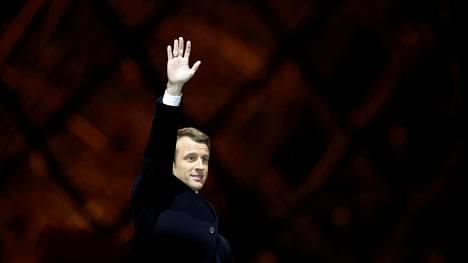 Emmanuel Macron tervehti kannattajiaan myöhään sunnuntaina Louvren pihalla Pariisissa.