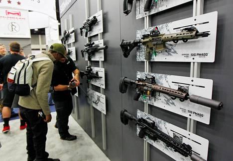 Republikaanit ja heidän liittolaisensa Kansallisesta kivääriyhdistyksestä NRA:sta arvostelivat demokraattien esityksiä liian tiukoiksi. NRA:n messuilla esiteltiin Sig Sauer-kivääreitä toukokuussa.