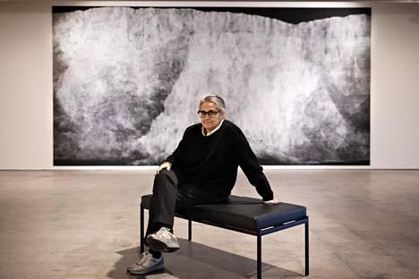 Tacita Dean (s. 1965) seitsenmetrisen teoksensa Liituputous (Chalk Fall) edessä Espoon modernin taiteen museossa Emmassa.
