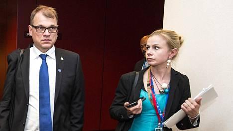 Riikka Pakarinen kuvattiin Brysselissä kesällä 2017 pääministeri Juha Sipilän (kesk) kanssa.