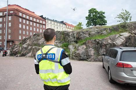 Poliisi käyttää kauko-ohjattavia ilma-aluksia itsekin. Poliisi tarkkaili tällaisella laitteella Temppeliaukion kirkon ympäristöä Helsingin Etu-Töölössä viime kesäkuussa.
