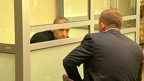 Eston Kohver keskusteli asianajajan kanssa oikeuden istunnossa Venäjällä kesäkuussa.