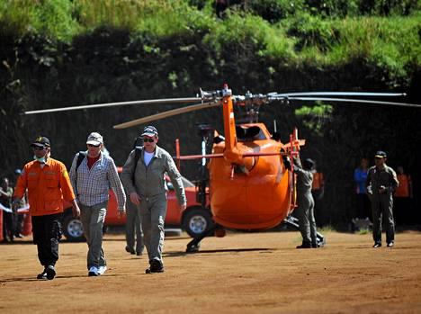 Kaksi venäläistä Suhoi-yhtiön tutkijaa saapuivat onnettomuuspaikalle Indonesiaan.