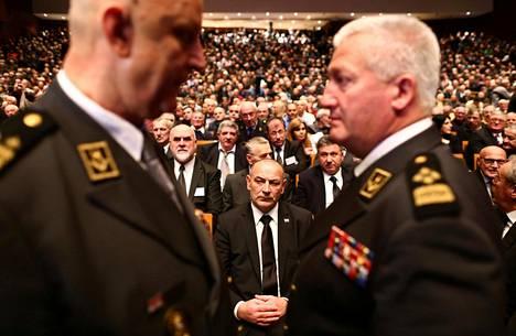 Kroatian veteraaniministeri Tomo Medved (kesk.) osallistui sotarikoksista tuomitun Slobodan Praljakin muistotilaisuuteen Vatroslav Lisinski -konserttitalossa Zagrebissa maanantaina.