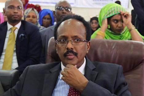 Mohamed Abdullahi seurasi äänestystä keskiviikkona Mogadishun lentokentällä .