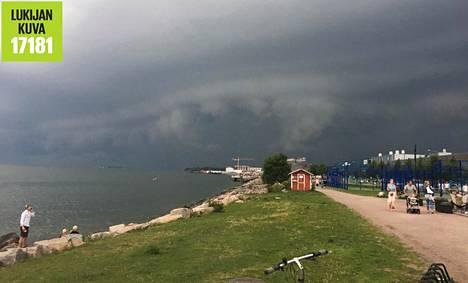 Myrksypilvet lähestymässä mereltä Helsinkiä.