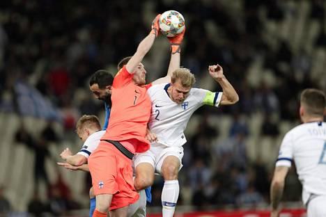 Lukas Hradecky ja Paulus Arajuuri hoitivat keskityspallon torstain ottelussa.