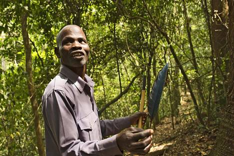 Wilfred Govule on ammatistaan ylpeä metsäopas.