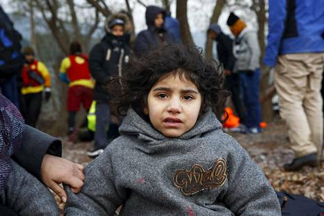 Irakilainen pakolaistyttö saapui Lesboksen saarelle perjantaina.