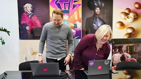 Wörks-yhtiön Saku Pönkänen ja Mia Hindsberg tekevät kahden kuukauden ajan neljän päivän työviikkoa.