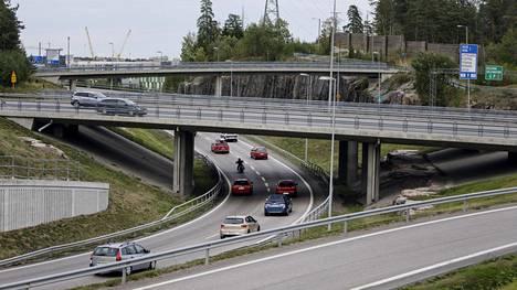 Vilkasliikenteinen Leppävaaran liittymän risteyssilta Espoossa on yksi huonokuntoiseksi luokitelluista silloista. Turunväylän liikenne kulkee Tapiolaan päin vievän siltaosuuden ali.