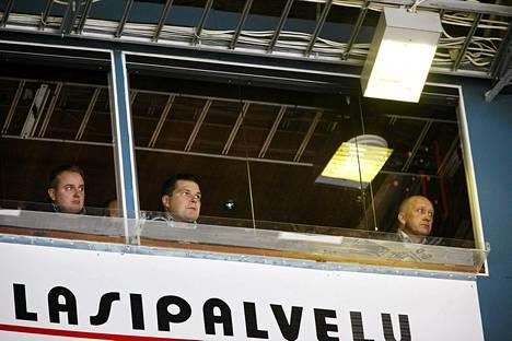 Jokerien päävalmentaja Tomi Lämsä (vas.) ja apuvalmentaja Tomek Valtonen (kesk.) sekä toimitusjohtaja Jarmo Kekäläinen seurasivat eilen aitiosta SM-liigan ottelua Kärpät-Jokerit.
