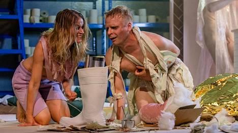 Loppukohtauksessa Jessica Raita ja Oskar Pöysti ahmivat energiaa kumisaappaasta.